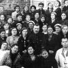 Курсанты курсов медсестер госпиталя № 3597 с первым раненым, поступившим в госпиталь. Кустанай, 1942