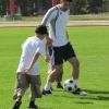 Улугбек играет с детьми