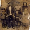 Семейное фото  Визеров. Поселок Успеновка Федоровского района. 1928 год.