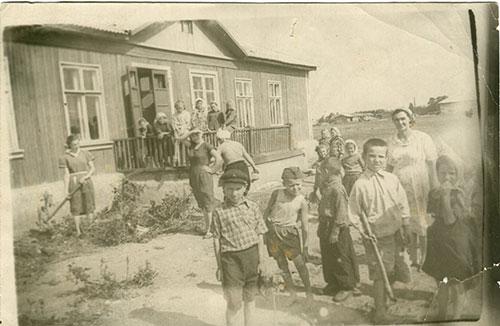 Первая щитосборная школа - семилетка им. Аркадия Гайдара, построенная при участии учителей. Май 1957 г.