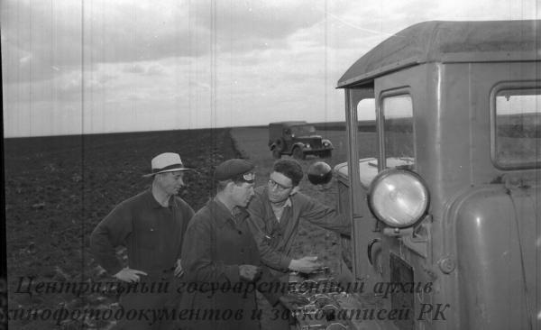 Проверка работы мотора трактора в борозде, способствующая правильной эксплуатации машин и облегчающая технический осмотр агрегатов, в Боровском зерносовхозе Кустанайской области