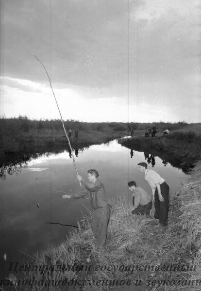 Любители рыболовы - механизаторы Урнекского зерносовхоза на берегу реки Тогузак,вечером после работы