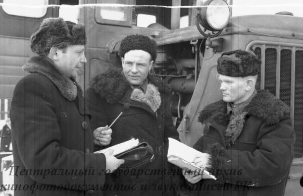 Получение нового трактора комсомольско-молодежной тракторной бригадой Джаркульской М.Т.С.