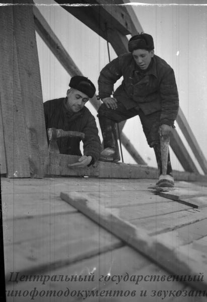 Строительство Кустанайского элеватора. На снимке: В. Дунаевский /слева/и А. Г. Гибадетдинов за работой.
