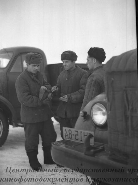 Семья шоферов Стечненко 1-й автороты Урицкого района. Слева направо- Владимир, Ефим и Николай Стечненко перед выездом в очередной рейс.