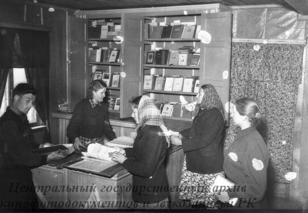 Трудящиеся Красной Пресни прислали своим землякам, в Краснопресненский совхоз 2 тыс. томов художественной литературы. Теперь библиотека совхоза насчитывает 9 тыс. томов различной литературы. На снимке: в совхозной библиотеке.