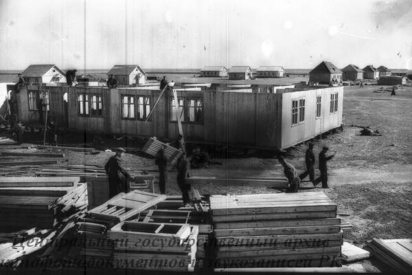 В области создана новая Куйманкульская МТС. Сейчас идет строительство усадьбы МТС. На снимке: общий вид строительство общежития.