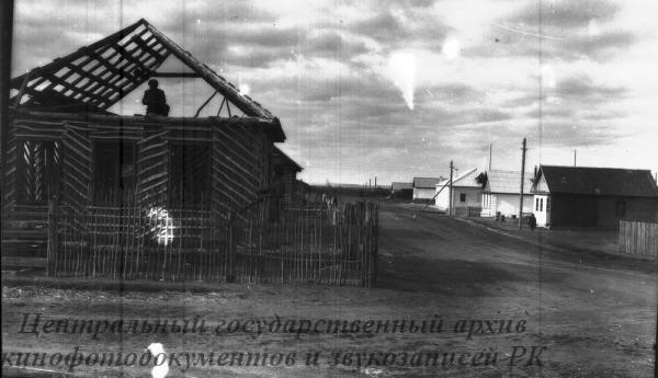 """За короткий срок, где 2 года назад были с теми вырос зерносовхоз """"Урнекский"""" Карабаыкского района. На снимке: улица индивидуального строительство каркасно-камышытовых домов."""