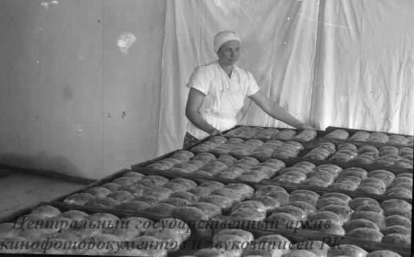 """В зерносовхозе """"Орждоникидзевский"""" выстроена и сдана в эксплуатацию совхозная хлебопекарня.На снимке: внутренний вид пекарни."""