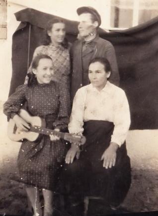 Пермякова (Авдеенко) Надежда, Пермяков Владимир, Матвиенко(Авдеенко) Мария, Авдеенко (Матвиенко) Анисья Тихоновна. 1950год