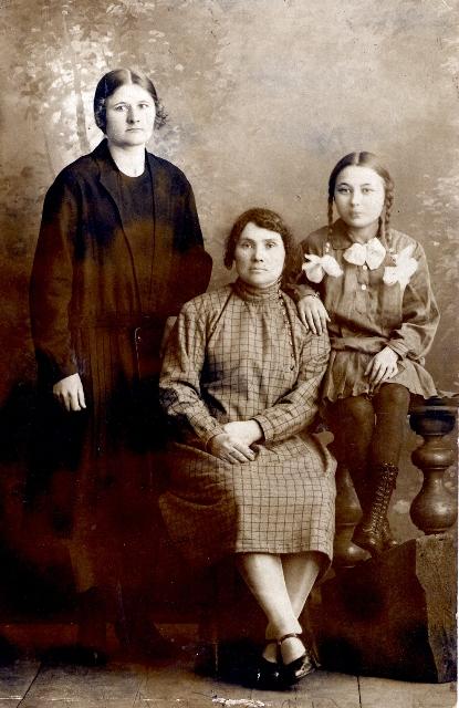 Жители Королевки, слева Прасковья Коваль