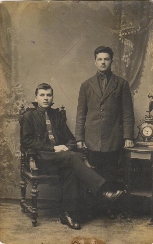 Жуйван Семен Семенович (стоит)