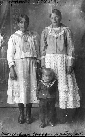 Бондаренко Татьяна с сыном Потемкиным и подругой. Фото из альбома Любовь Безгаревой (Кизиловой)