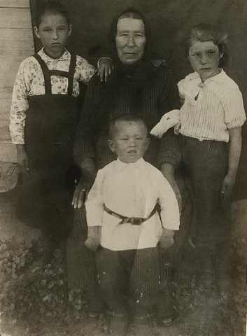 Кратц Мария Даниловна -1871 гр, тётя - Гаан Ирма Карловна+1954, дядя - Гаан Карл Карлович