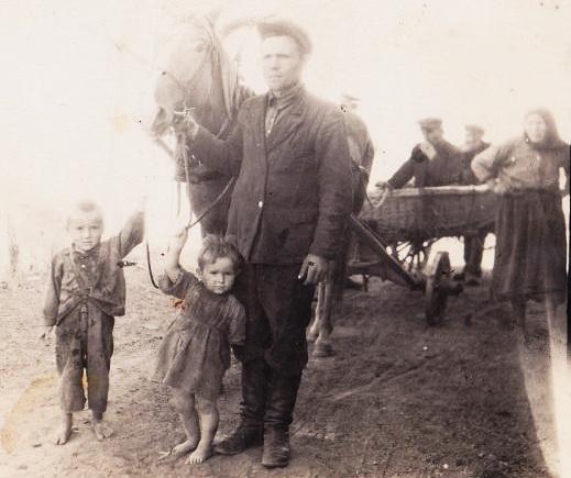Пермяков Владимир Леонтьевич с сыном Николаем,дочерью Валентиной.Возле брички стоит мама Владимира. 1951-1953год