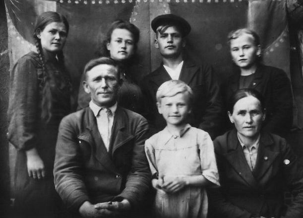 Семья Кизилова Кузьмы и Марии Яковлевны. Фото из альбома Любовь Безгаревой (Кизиловой)