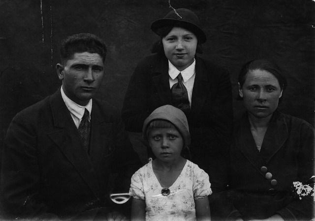 Ковалев Степан Васильевич, Надежда Васильевна, сноха Елена Калиновна Ковалева (Харченко) - моя бабушка, маленькая девочка - моя мама