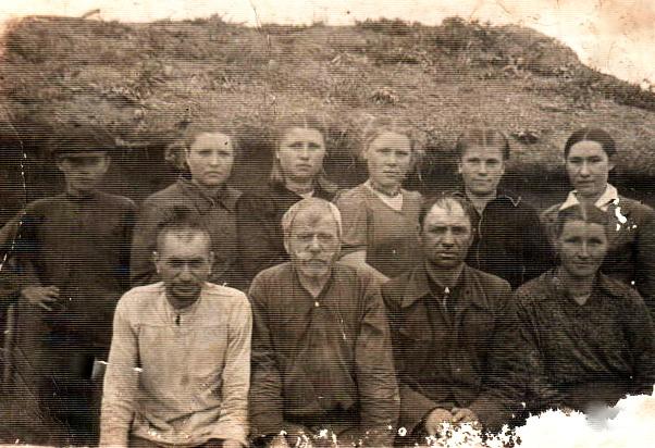 Взади в центре: Лобода Н,Куликова Евдокия,Дорохова М,Николайчук А,П. Сидят: крайняя справа- Климко Мария.