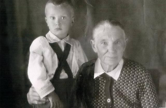 моя прабабушка Шмидт(Девалд) Магдалена Михайловна 15.01.1874 г.р. с внуком Шмидт Валентином