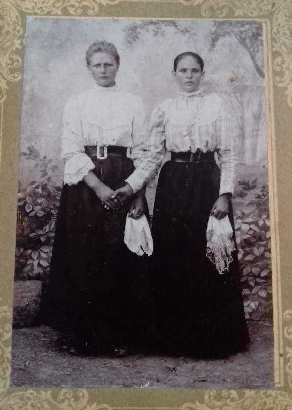 Сливная (Александра) Сосана Антоновна с подругой Параскевой. 1911 год
