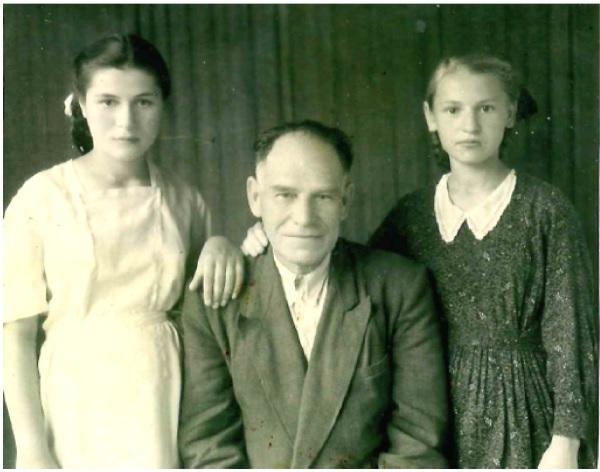 Слева направо: Дмитрий Михайлович Логановский с дочерьми Галиной (слева) и Ликой 14.06.1952г. Сары-Агач