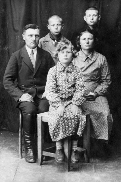 Коваль Тимофей, Мама - родная сестра моей бабуКоваль Тимофей Иванович, Прасковья Петровна и дочь Венера и два   братика - герои войны, заживо сгоревшие в танках во время боя.