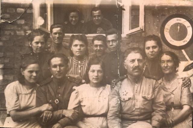 6.Моя бабушка, Тулинова Евгения Иосифовна (сидит, крайняя справа), сентябрь 1945 года, фронтовой госпиталь, Ченстохов.