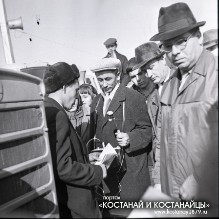 Вручение сельской молодежи именных тракторов в честь 50-летия ВЛКСМ