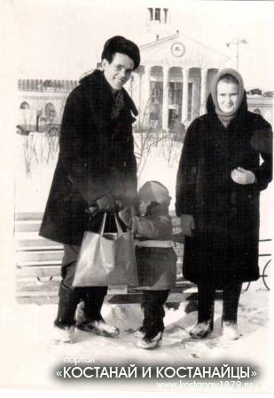 Петр и Надежда Савины с ребенком