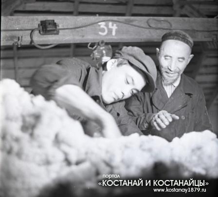 Кенжекей Кыдырадинов помогает механизатору Абдурахиту Абауову освоить специальность. 26 июня 1967 г.
