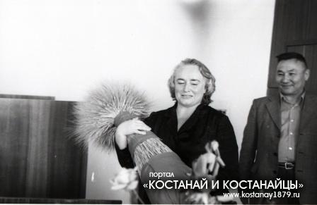 Вручение М.Г.Жуковой снопа пшеницы