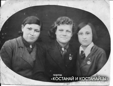 Зеленкова Мария 5 кл., Дмитриева Лида 7 кл.Платонова Нина 7 кл.(моя мама).1940 год.