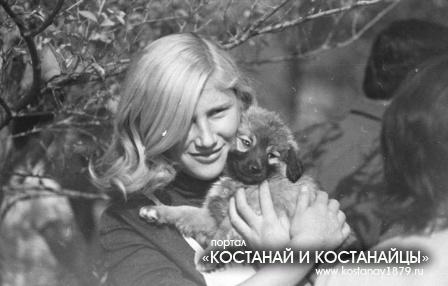 Девушка со щенком. Семидесятые