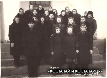На крыльце Денисовской школы