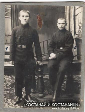 Сын Павла и Феодосии Пальчиковых Николай Пальчиков с другом Воробьевым