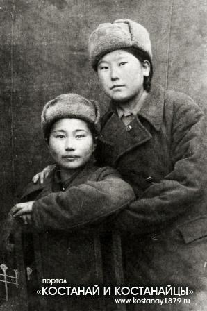 Моя бабушка (стоит) Капия Сейткалиева (Абишева)