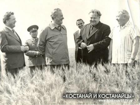 Д.А. Кунаев на полях колхоза имени Чапаева (Ново-Шумное)