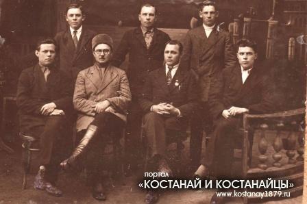 Крайний слева Константин Соломахин