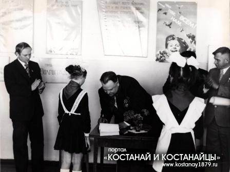 Перевозный А.Г. директор совхоза имени ХХIII съезда КПСС в гостях у пионеров дружины им. Матросова
