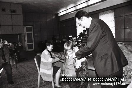 Вручение курток детям