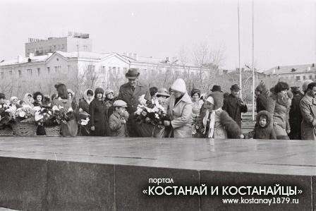 Возложение цветов к памятнику Ленина