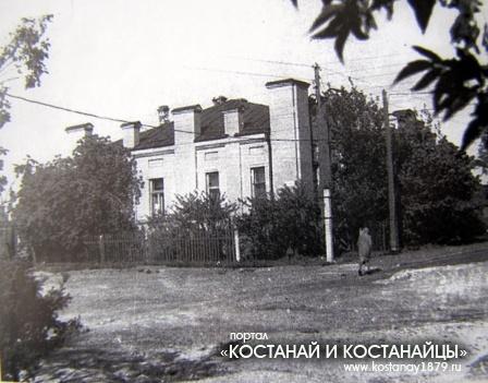 Здание Земконь. Улица Толстого, 41