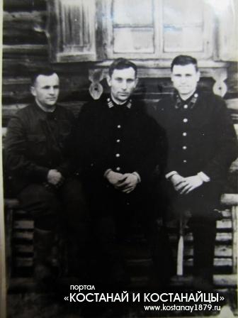 Участник войны Горбунов Н.Н. в центре