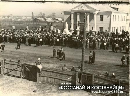 1969 год на колхозной площади, напротив Дома культуры торжественно открыт памятник В.И. Ленину.