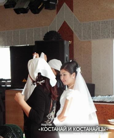 На казахской свадьбе есть обряд бет ашар
