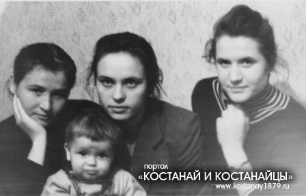 Фото на память-студентки пединститута -справа Зайцева и Шапанская.