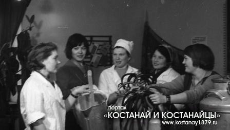 Знатная доярка Эрна Бондарь с молодыми доярками совхоза Щербакова