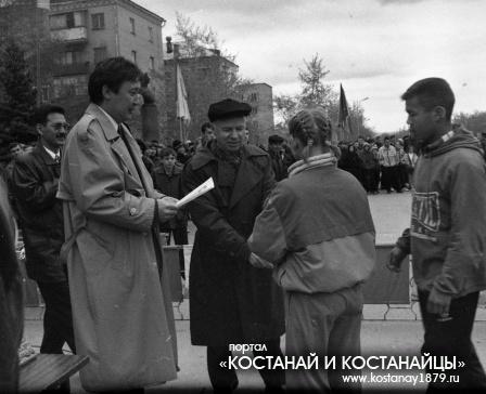 Главный редактор С.В.Харченко награждает призеров эстафеты